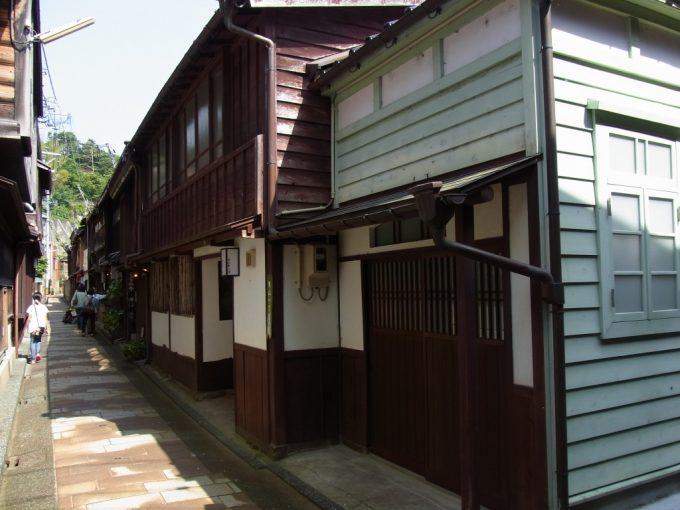 古き良き建物が密集する金沢ひがし茶屋街細い路地