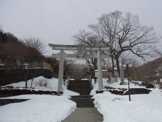 冬の那須温泉神社雪景色と鳥居