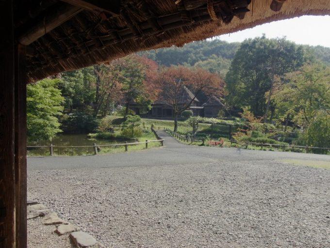 北上みちのく民俗村軒下から眺める秋景色