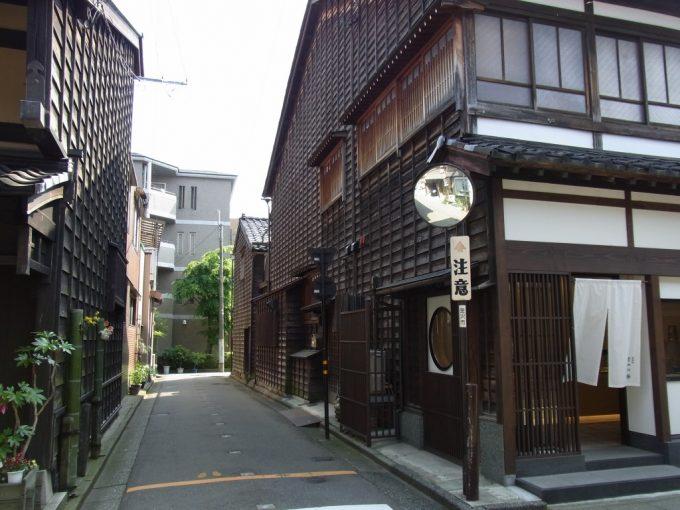 金沢ひがし茶屋街を抜け伝統的建造物群保存地区へ