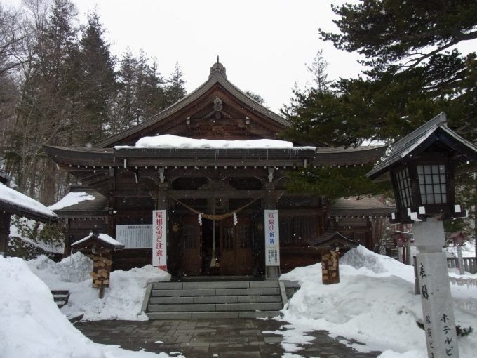 雪の那須温泉神社本殿