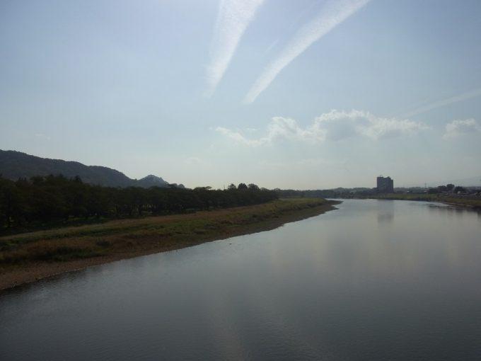 秋の空を映す北上川