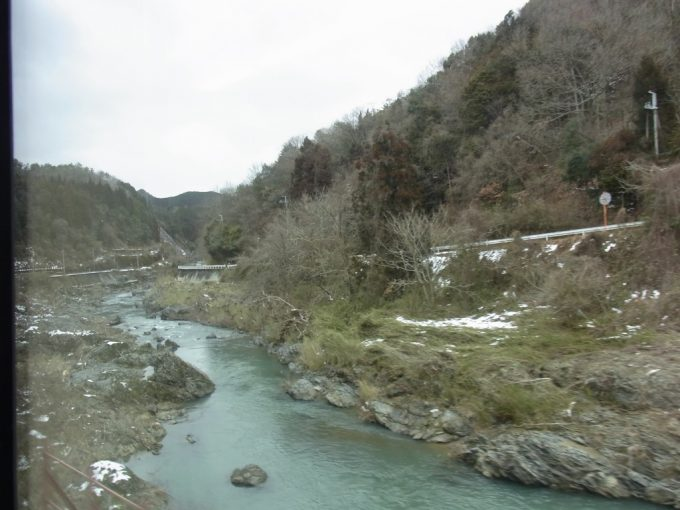 予想外に山深い福知山線渓谷の広がる車窓