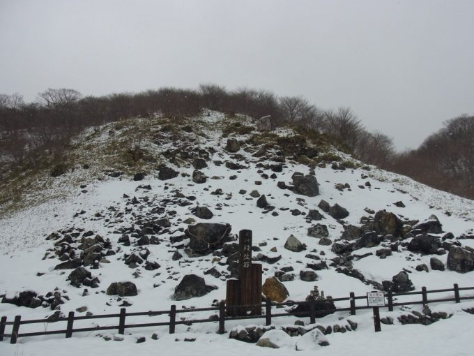 雪景色の那須湯本殺生石