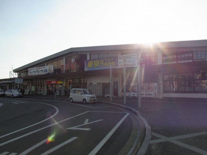 西日に輝く花巻駅