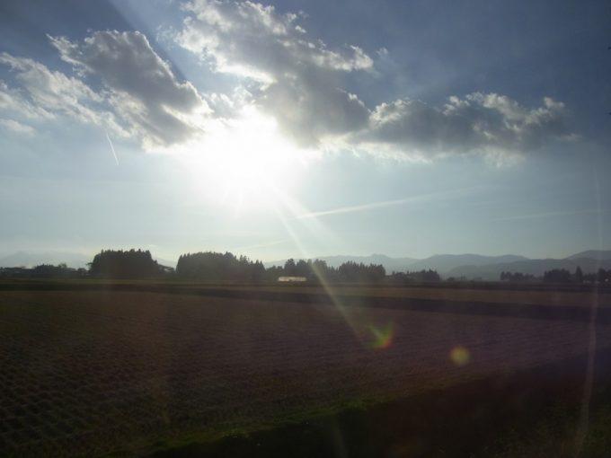 花巻南温泉峡送迎バスから眺める秋の田園輝く西日