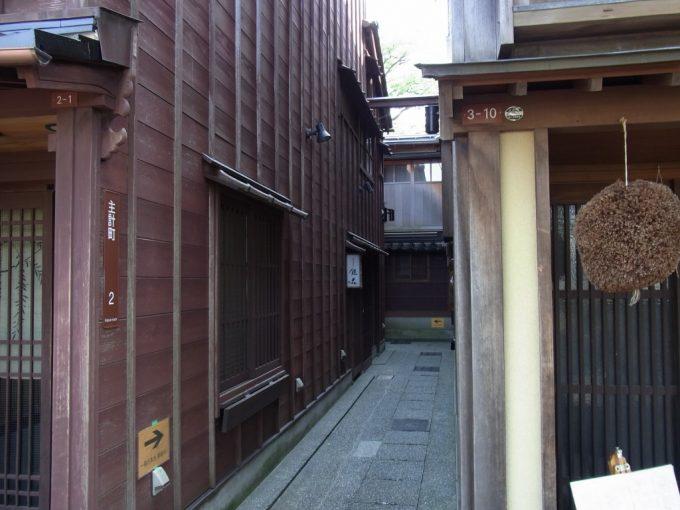 細い路地で構成される金沢主計町茶屋街
