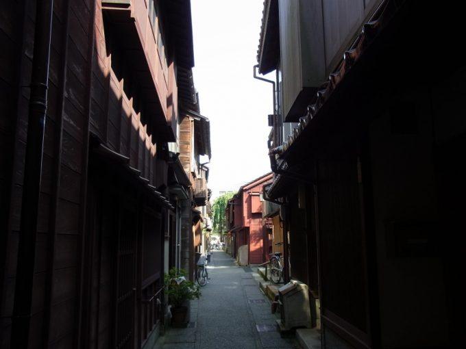 ひっそりとした金沢主計町茶屋街