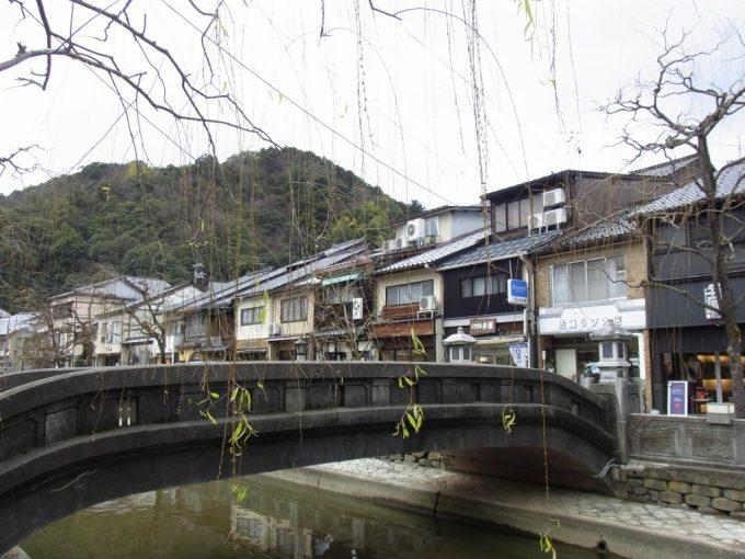 城崎の象徴川と柳、温泉街