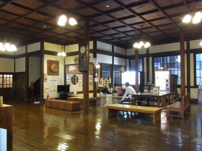 重厚な別府竹瓦温泉待合室