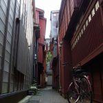 金沢主計町茶屋街紅殻格子と自転車
