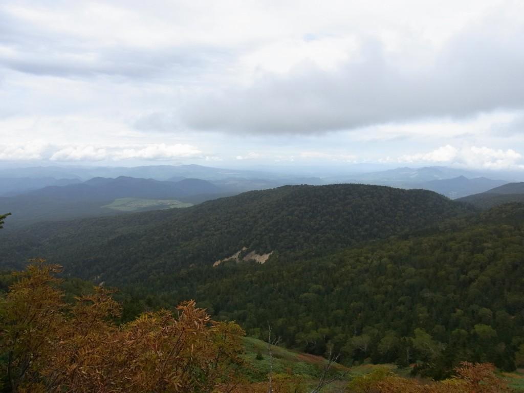 秋の八幡平見渡す山並み