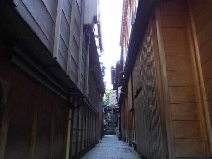 昼の静かな金沢主計町茶屋街