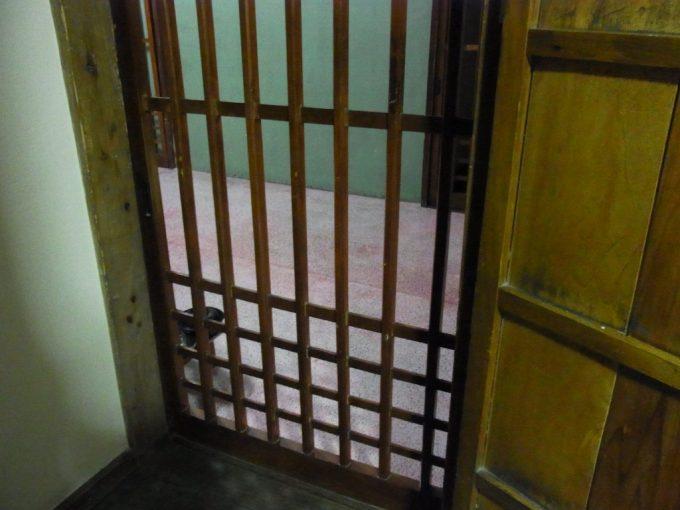 鉛温泉藤三旅館湯治部格子戸から眺める廊下