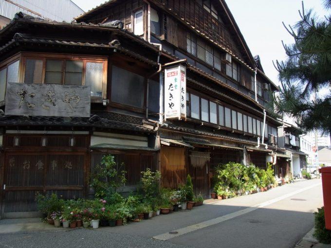 金沢三階建ての重厚な木造建築