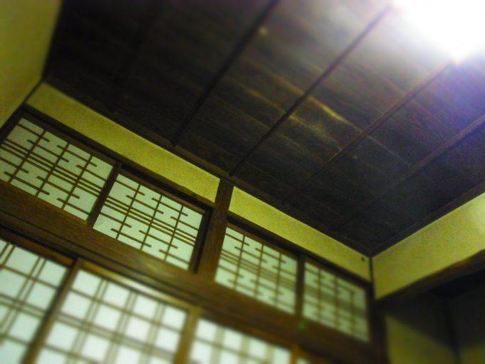 鉛温泉藤三旅館湯治部年季の入った渋い色の天井