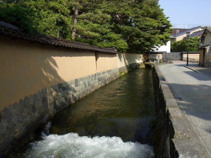 武家屋敷に取り込まれる金沢大野庄用水と土塀