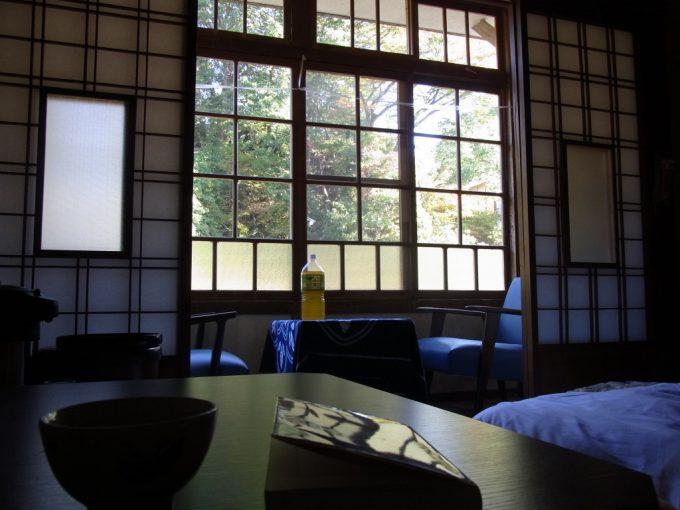鉛温泉藤三旅館穏やかな午後の光に包まれる湯治部屋