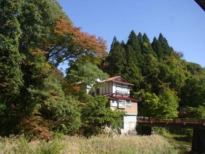 鉛温泉藤三旅館露天風呂桂の湯から眺める秋景色