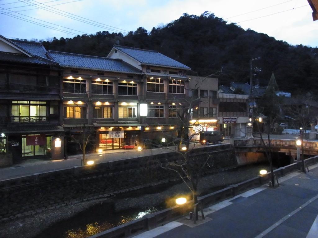 夕暮れ時の城崎温泉街