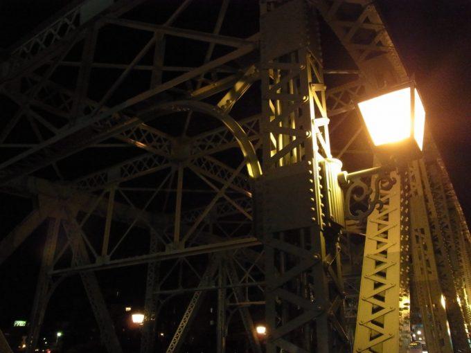 夜の犀川大橋ライトに浮かぶリベットと鉄骨