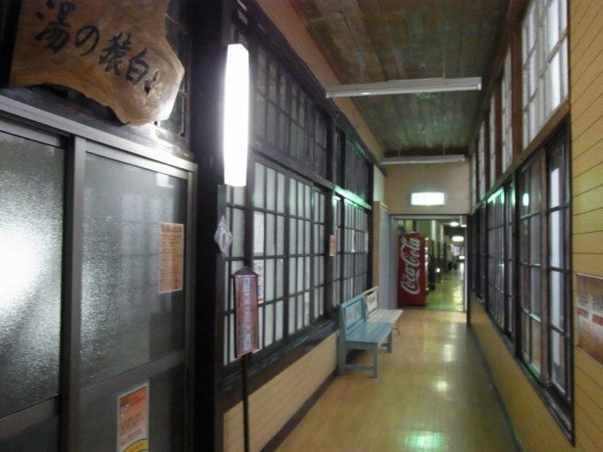 鉛温泉藤三旅館湯治部白猿の湯入口