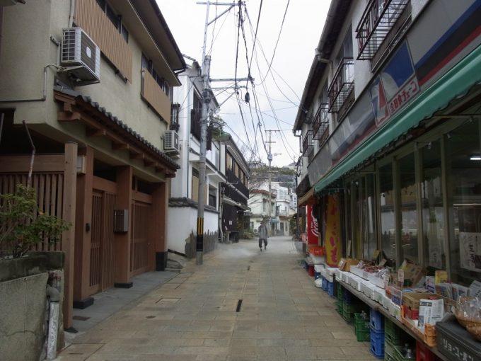 別府鉄輪路地と商店と湯けむり