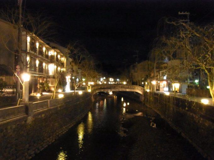 太鼓橋から眺める夜の城崎温泉街