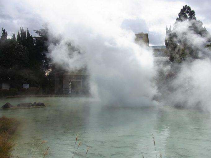 別府地獄めぐり白池地獄にごり湯の池