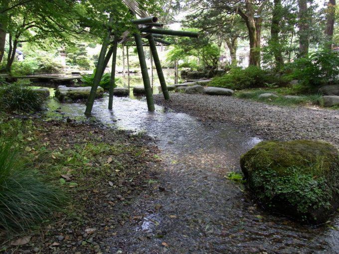 金沢尾山神社清冽な水が流れる神苑