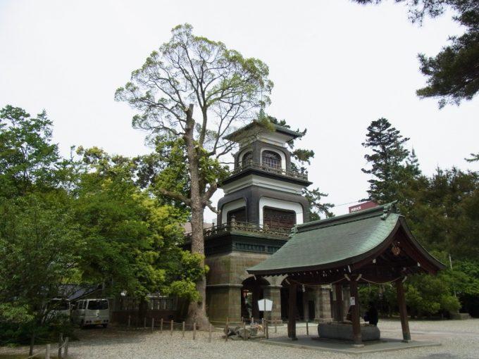 金沢尾山神社威容を誇る神門