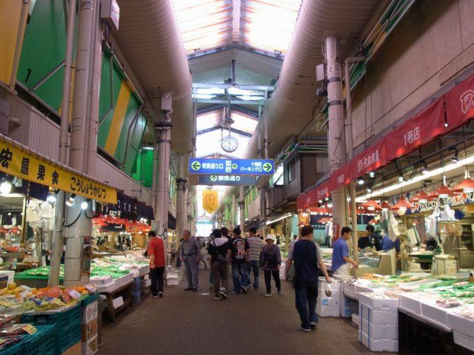 賑わう金沢の台所近江町市場