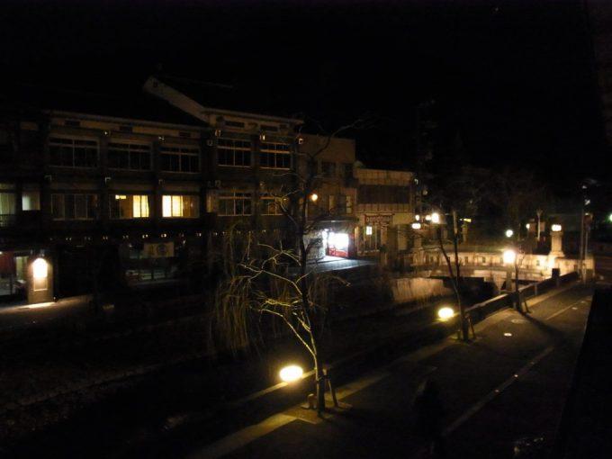 旅館の縁側から眺める夜の城崎温泉街