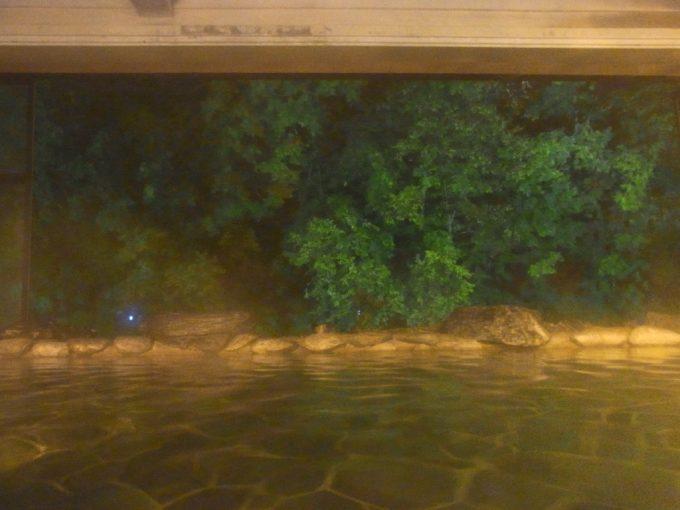 ライトアップされ風情溢れる夜の大沢温泉山水閣豊沢の湯