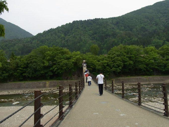 せせらぎ駐車場より荘川に架かるつり橋を渡り合掌造り集落へ