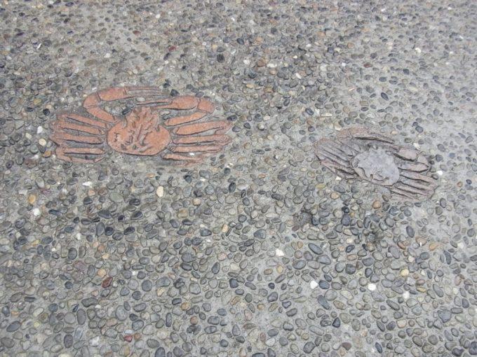 冬の城崎御所の湯足元を彩るカニの焼き物