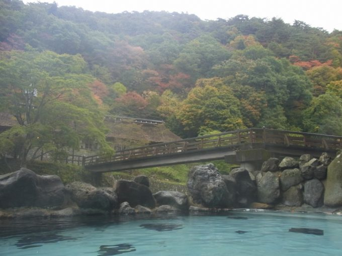 湯にけむる秋の大沢温泉混浴露天風呂大沢の湯
