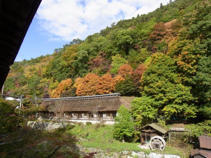 大沢温泉自炊部部屋から眺める燃える紅葉