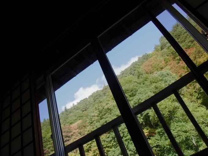 大沢温泉自炊部布団に寝転がり見上げる紅葉と秋の空