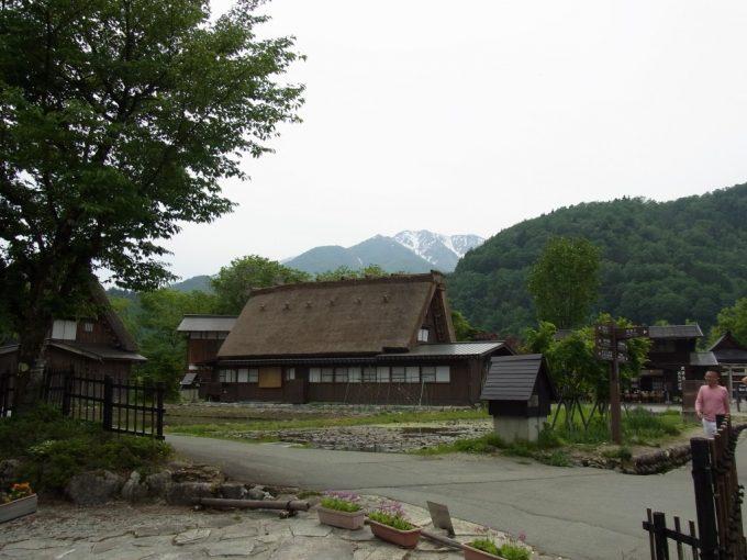 初夏の白川郷合掌造りと雪をかぶった山