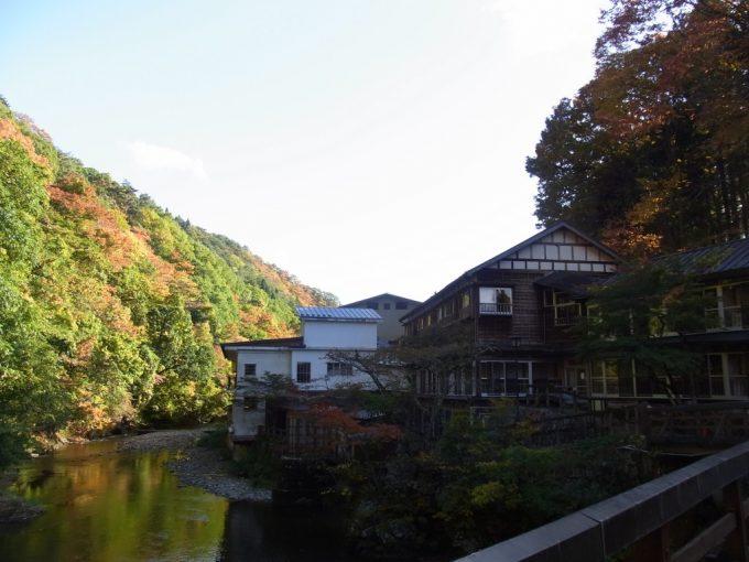 大沢温泉自炊部紅葉と味わい深い建物