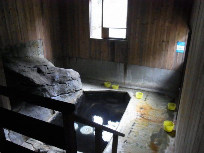 秋田乳頭温泉郷孫六温泉石の湯内湯