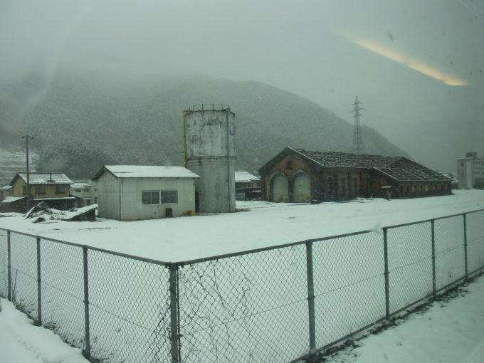 冬の山陰本線和田山駅レンガ造りの機関庫