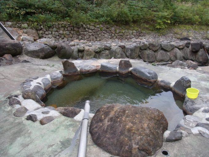 秋田乳頭温泉郷孫六温泉川沿いの露天風呂