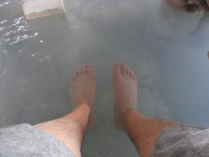 別府地獄めぐりかまど地獄で足湯に浸かる