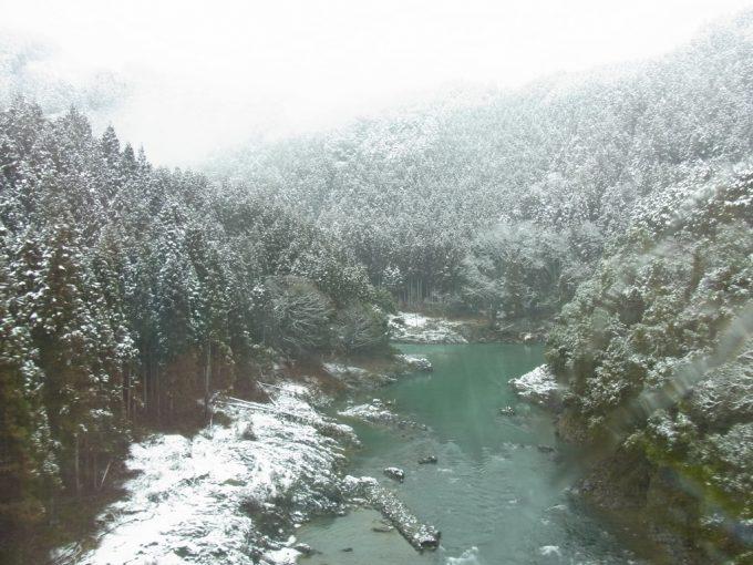 冬の山陰本線特急きのさきから望む保津峡雪景色