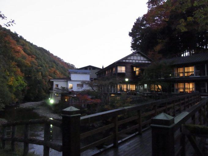 秋の夕暮れ大沢温泉自炊部の味のある建物