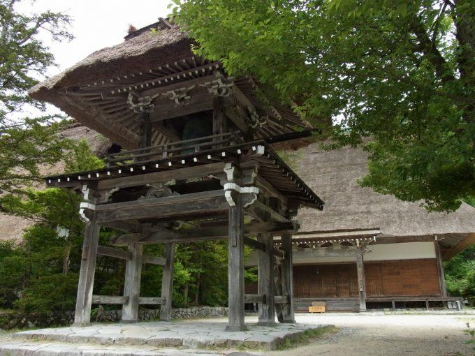 白川郷明善寺茅葺の鐘楼