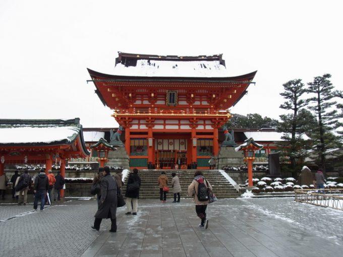 冬の京都伏見稲荷大社雪化粧の楼門