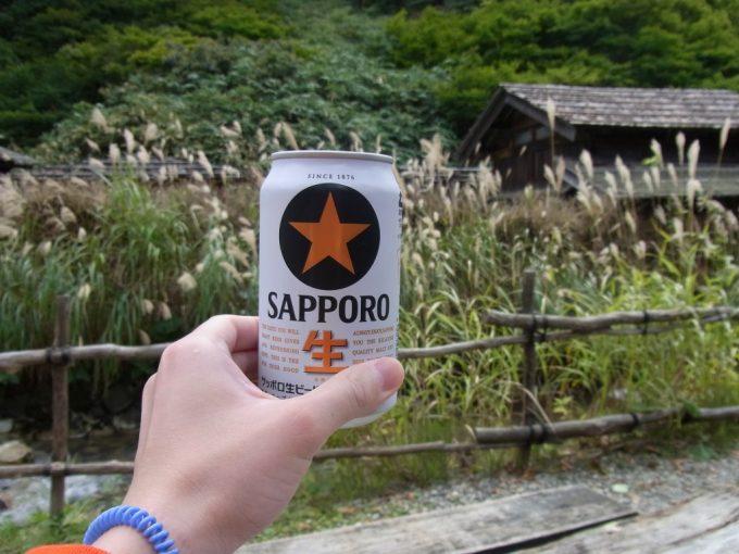 秋の鶴の湯すすきを見ながら湯上がりのビール